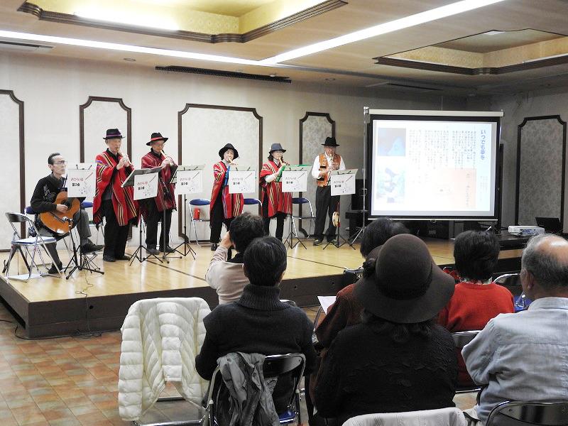 演奏する笛の会のメンバー