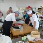 講師指導の下で関村さんの蕎麦打ち実演