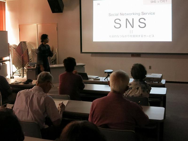 高橋美紀講師からSNSを使って出来ることの説明を受ける