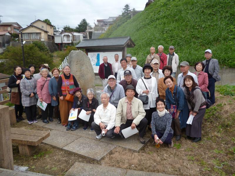 八景の一つ「太田落雁」碑の前で記念写真
