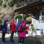 長福寺の照山修理顕彰碑の前で