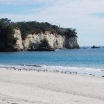 風光明媚な小貝ヶ浜。空青く、海また青く、砂白く、崖また白く、木々は緑に