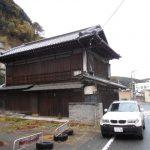 震災で立て直しの家屋が多く目につく中で懐かしい家が残っていました