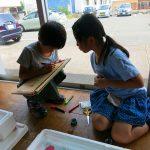 自主的に案内板を作っている小学生