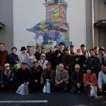川越祭り山車の壁絵をバックに集合写真