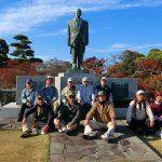 湊公園日和山銅像の前で