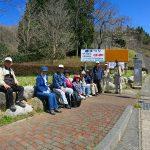 きららの里さくらウオーク終了。昼食も済んで日鉱記念館前までのバス待ち