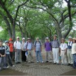 午後の部ウオーキング開始 阿漕ケ浦運動公園のさくらのトンネルの下で記念撮影