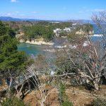 震災慰霊塔から五浦海岸を望む 修復された六角堂が見えた