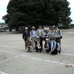 久慈小学校のケヤキの前で記念撮影