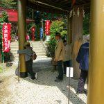 鷲子山上神社 柱に両手を当てて祈願、抱きつくのも良い?
