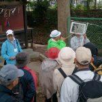 金沢厳島神社でガイドの説明を聞く