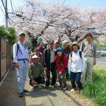 日専校前の満開の桜バックにて