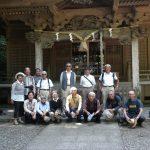 泉神社社殿の前で