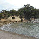 高戸海岸の奇岩と静かな波