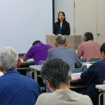 県国際課の主な取り組みについて講義する楊箸さん