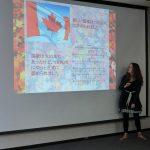 カナダの国旗、国家の制定について説明するエリーゼさん